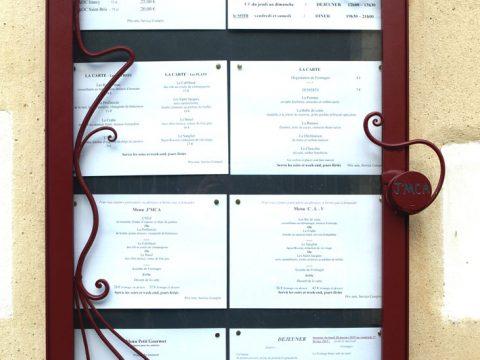 Porte-menus-avec-motifs-en-fer-forgé-assortit-à-l'enseigne,-Restaurant-J'MCA-89