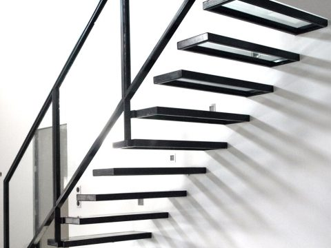 Escalier-contemporain-en-acier-et-verre-avec-marches-suspendues-et-garde-corps-en-verre