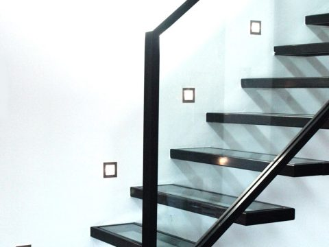 Escalier-contemporain-en-acier-et-verre-avec-marches-suspendues