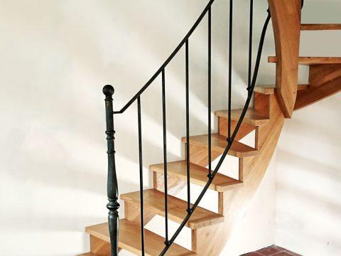 escalier-bois-en-double-quart-tournant-et-rampe-en-fer-forgé