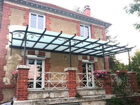 Auvent-à-la-parisienne,-ossature-métallique,-motifs-en-fer-forgé,-verre-feuilleté-opale,--longueur-7,50m,-largeur-4,20-m
