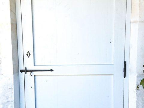 -Porte-en-chêne-massif-veillie,-avec-clenche-et-paumelles-à-l'ancienne