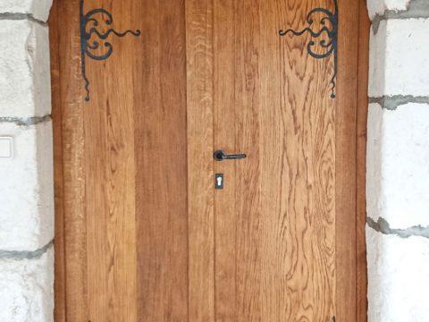 Porte-cave-chêne-massif-double-vantaux,-décors-en-fer-fotgé,-Domaine-Fillon,-Saint-Bris-le-Vineux-89