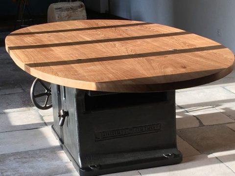 Table-style-industriel-avec-piètement-de-machine-outil-patiné-et-plateau-en-chêne-2200-x-1300-x-765-mm