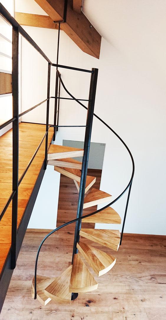 Passerelle suspendue avec escalier en colimaçon et bibliothèque-9