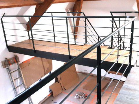 Rampe-descalier-contemporaine-et-passerelle-daccès-en-court-de-réalisation