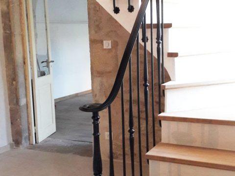 ampe-descalier-débillardé-fixation-en-scellement-à-langlaise-patinée-noire-et-cirée