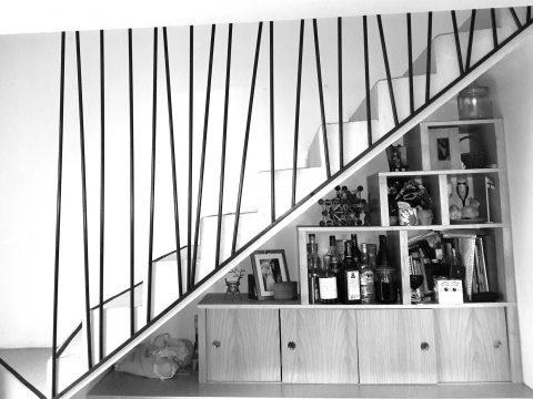 rampe-descalier-contemposraine-desctructurée-en-acier-étiré-patiné-noir-et-ciré