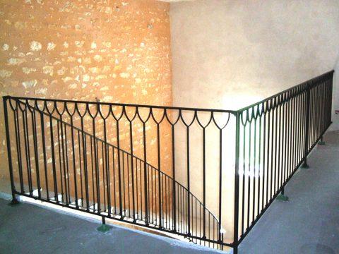 garde-corps-de-mézanine-et-rampe-descalier-débillardée-patinée-noire-puis-cirée