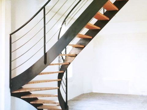 escalier-contemposrain-balancé-limon-et-garde-corps-en-acier-marches-en-lamellé-collé-de-Hêtre-BauBuche