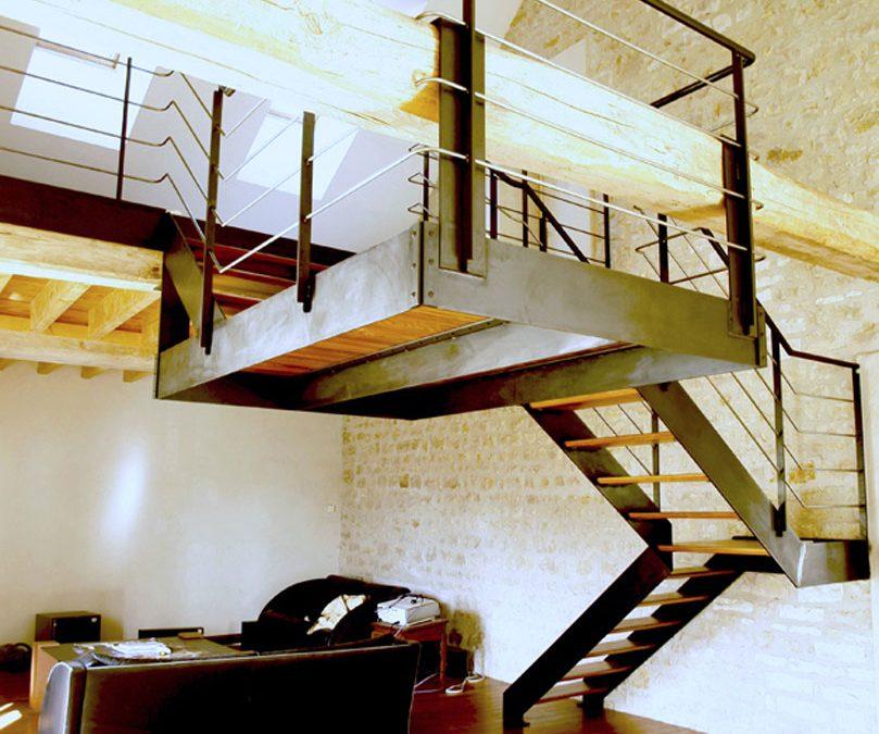escalier-industriel-avec-plateforme-suspendue