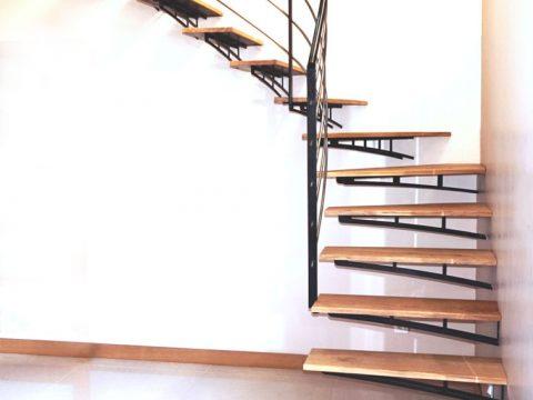 Escalier-contemporain-quart-tournant-aux-marches-supendues-par-des-consoles-acier