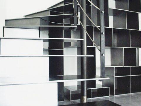 escalier-métal-avec-agencement-bibliothèque-sur-le-dessous