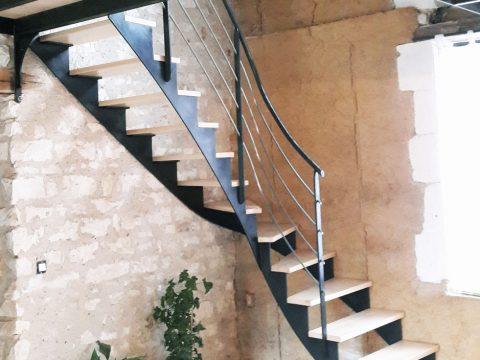 escalier-avec-limon-en-crémaillère-marche-en-érable-solivage-du-plafond-en-tube-et-peuplier